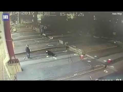 شاهد لحظة سقوط لوح حديدي على رأس عامل