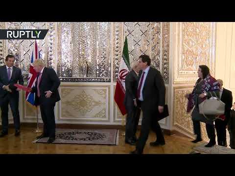 شاهد وزير الخارجية الإيراني يستقبل مسؤولة بريطانية دون غطاء رأس