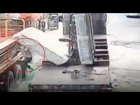 لحظة سقوط عدد من اللوحات الزجاجية على عامل صيني