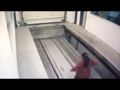 امرأة تجد نفسها محاصرة في مصعد سيارات