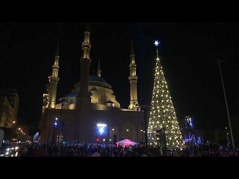 شاهد بيروت تضيء شجرة الميلاد تحية إلى القدس