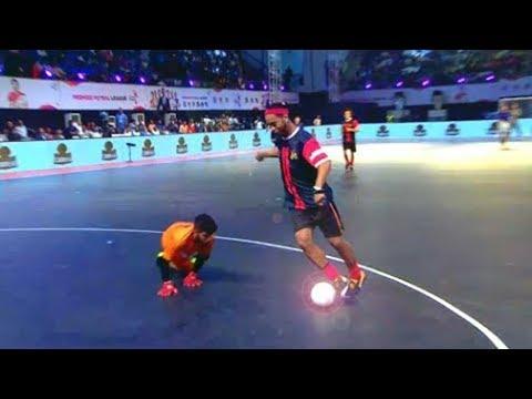 الساحر رونالدينهو يبدع في كرة الصالات