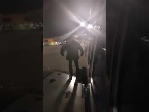 شاهد مسافر ملّ من الانتظار داخل طائرة فخرج من الجناح