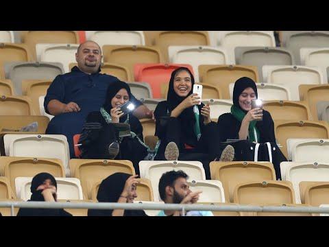 شاهد مشجعات سعوديات في ملعب لكرة القدم الأولى في تاريخ السعودية
