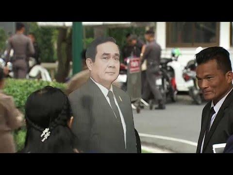رئيس الوزراء التايلاندي  برايوث تشان أوتشا يسخر من الصحافيين