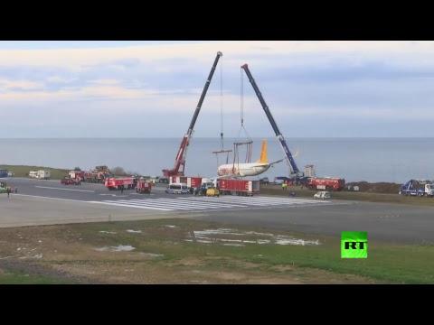 شاهد سحب الطائرة التركية المنزلقة إلى البحر