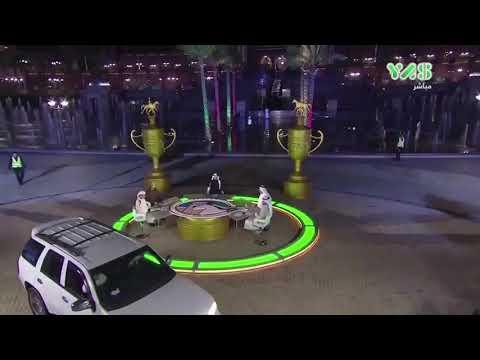 لحظة اقتحام امرأة بسيارتها ستوديو قناة إماراتية