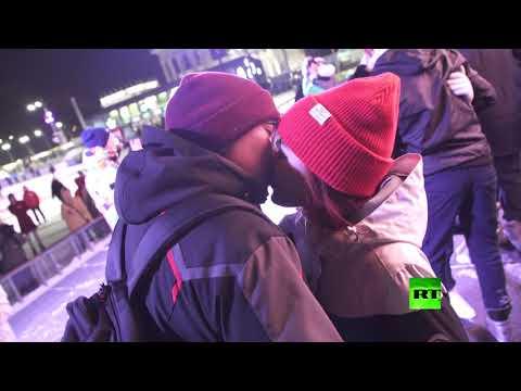 مسابقة أطول قبلة في عيد الحب وسط مدينة موسكو