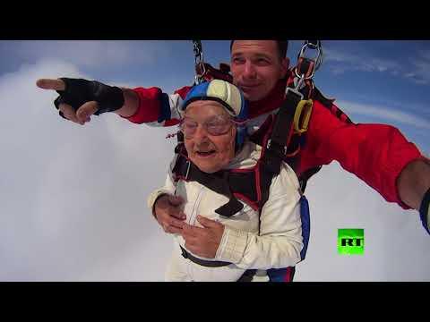 شاهد سيدة عمرها 93 وتقفز من ارتفاع 3000 متر