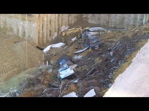 حفرة تبتلع عددًا من السيارات في روما