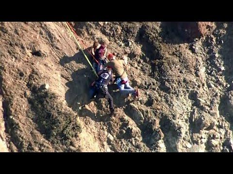 لحظة إنقاذ اثنين من السياح حوصروا أعلى منحدر خطير