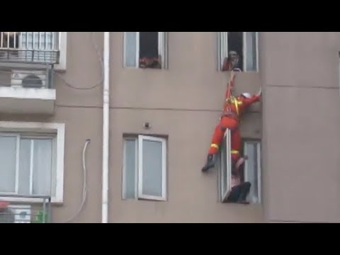 شاهد رجل إطفاء يُنقذ حياة امرأة تحاول الانتحار بركلها
