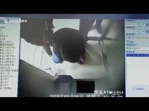 شاهد ماكينة صراف آلي تصاب بالجنون وتقذف الأموال