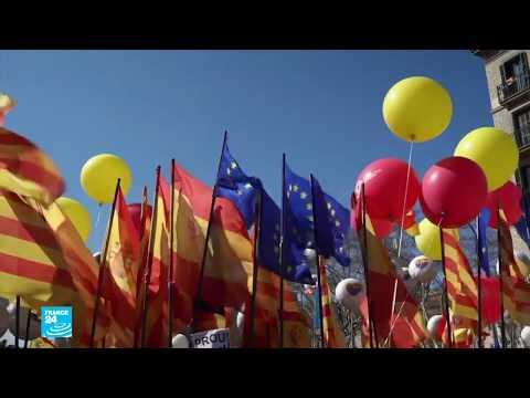 شاهد الآلاف من مناهضي استقلال كاتالونيا يتظاهرون في برشلونة
