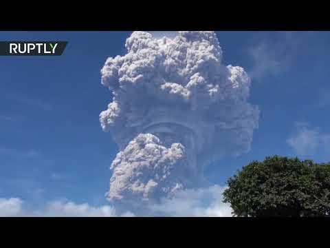 لقطات مخيفة مِن انفجار بركان في إندونيسيا