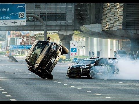 شاهد سائق سباقات يقتحم شوارع دبي