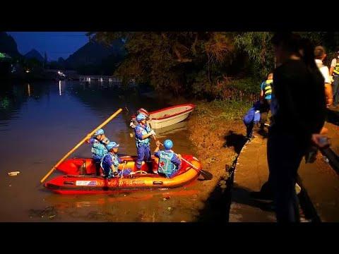 شاهد غرق 17 شخصًا إثر انقلاب زورقين عملاقين بنهر جنوب الصين