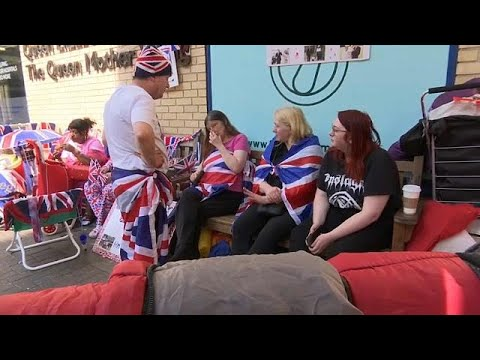شاهد البريطانيون يحتفلون بمولد الأمير الجديد على طريقتهم