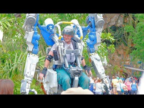 شاهد الروبوت المحارب يُذهل زوّار عالم أفاتار المضيء