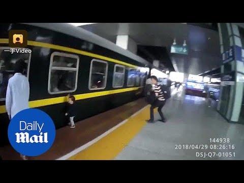 لحظة سقوط طفلة أسفل قطار