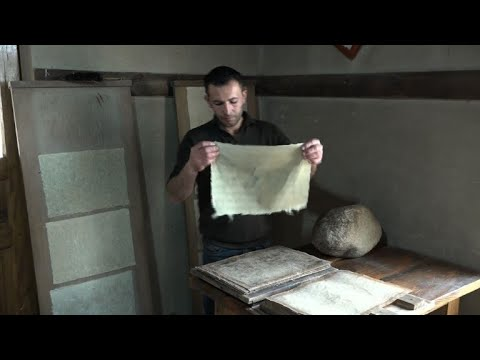 شاهدمشغل في سمرقند يستعيد أسرار صناعة الورق الضاربة في القدم