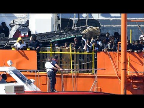 شاهد أكواريوس وسفن أخرى تحمل المهاجرين الذين كانوا على متنها