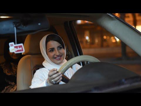 شاهد السعوديات يبدأن في قيادة السيارات على طرقات البلاد