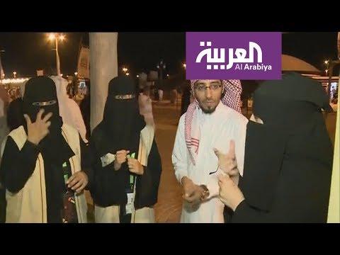 شاهدشعراء عكاظ يتحدثون لغة الإشارة على أيادي السعوديات
