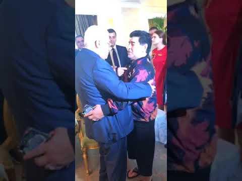 شاهد مارادونا يعانق الرئيس محمود عباس ويُؤكّد أنه فلسطينيي
