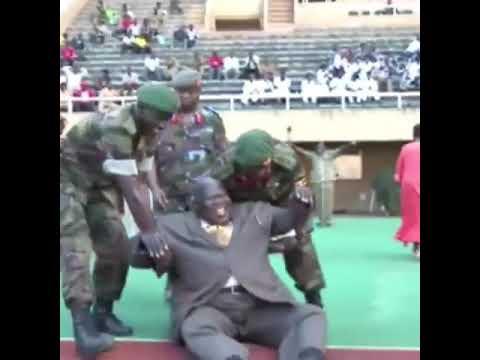 شاهد  لحظة سقوط الرئيس الأوغندي خلال افتتاح ملعب كرة قدم