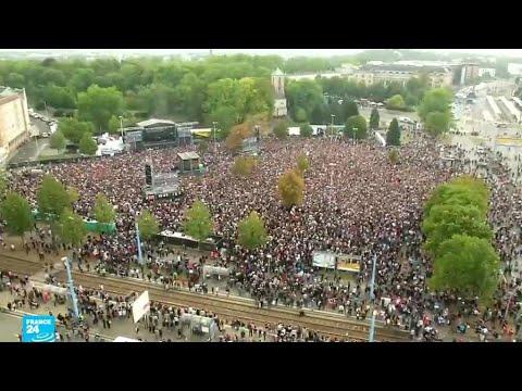 الآلاف يحتشدون في حفل موسيقي ضد أفكار اليمين المتطرف المعادية للأجانب