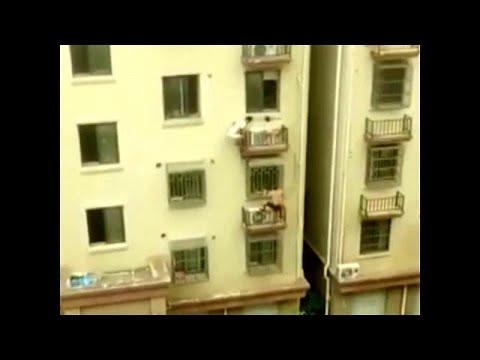 شاهد رجلان يتسلقان عمارة على طريقة الرجل العنكبوت