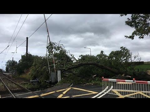 شاهد عاصفة علي تتسبب في ترنح طائرتين داخل بريطانيا وإيرلندا