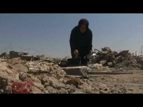 شاهد الناجون من معركة الموصل يتوسلون الطعام ويعيشون في خيام
