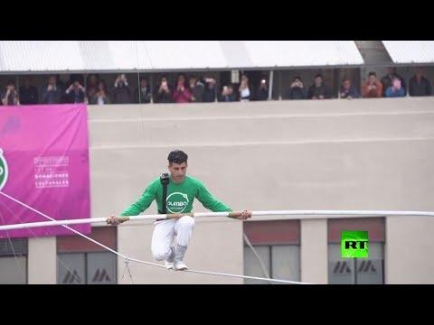 مصطفى دانغوير يمشي على حبل معدني بارتفاع يصل إلى 53 مترًا