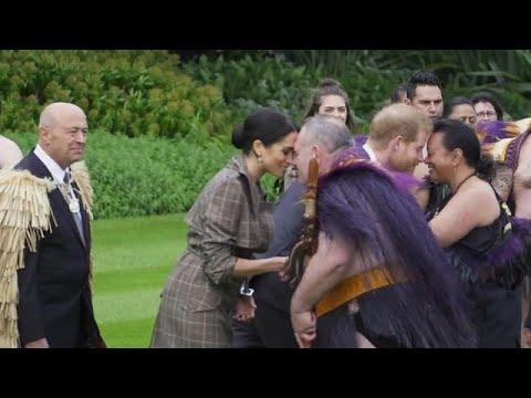 الأمير هاري وزوجته ميغان يؤديان تحية هونغي