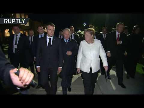 معطف بوتين يثير اهتمام ميركل خلال قمَّة اسطنبول