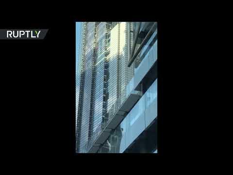 الرجل العنكبوت الفرنسي يتسلَّق برجًا شاهقًا في لندن