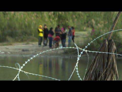 شاهد جنود الجيش الأميركي يضعون أسلاكًا شائكة عند الحدود مع المكسيك