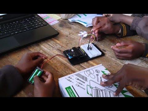 شاهد نوادي التشفير المعلوماتي توسّع أفق أطفال الأحياء الفقيرة في جنوب أفريقيا
