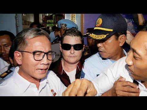 شاهد  إندونيسيا تفرج عن مهربة مواد مخدرة استرالية بعد 13 عامًا في السجن