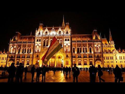 شاهد آلاف المجريين يشاركون في احتجاج ضد قانون العمل الجديد