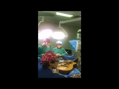 شاهد فنان يعزف على الغيتار أثناء خضوعه لعملية جراحية