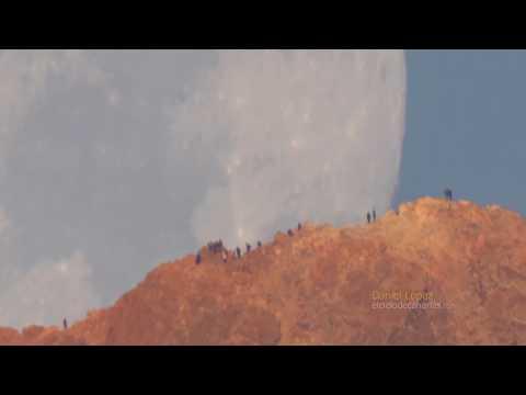 شاهد القمر يقترب بشدة من فوهة جبل بركاني