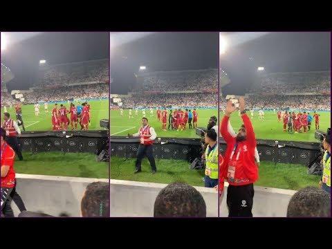 شاهد الجمهور الإماراتي يهاجم لاعبي قطر بعد احتفالهم بهدف