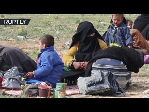 شاهدمدنيون يغادرون قرية الباغوز شرق سورية