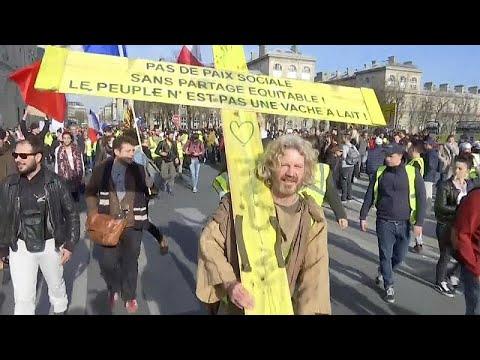 شاهدالمواجهات تتجدد بين الشرطة والسترات الصفراء في فرنسا