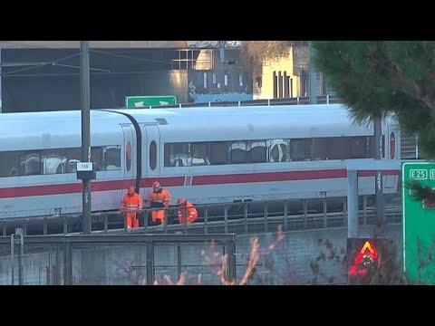 شاهد قطار ألماني سريع ينحرف عن مساره في مدينة بازل السويسرية