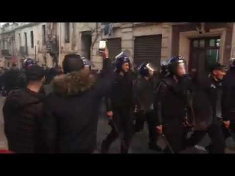 شاهد الشرطة الجزائرية تنضم إلى المتظاهرين ضد بوتفيلقة