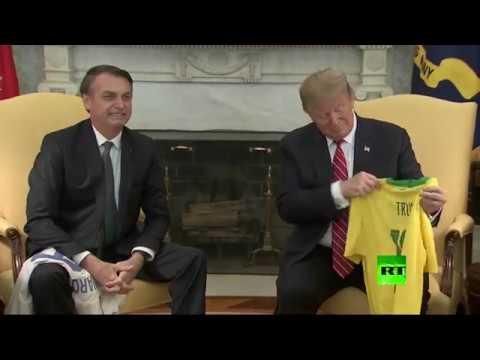 شاهد دونالد ترامب بقميص نيمار داخل المكتب البيضاوي